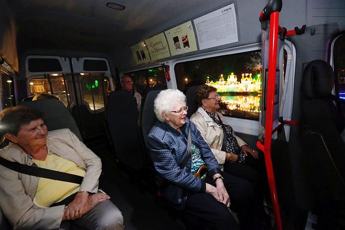 Cisca Klompers, Riek Schepens en Miet Beekmans (vlnr) kijken in de bus naar de Lichtjesroute.