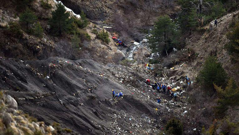 Onderzoekers tussen het puin van het neergestorte Germanwings-toestel. Beeld null