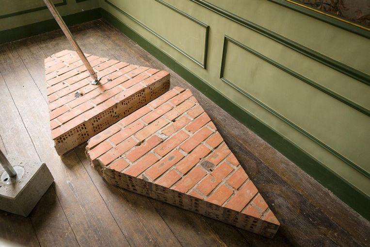 De uitgeslepen bakstenen voor de nieuwe ingang gingen niet verloren en maken deel uit van de tentoonstelling.