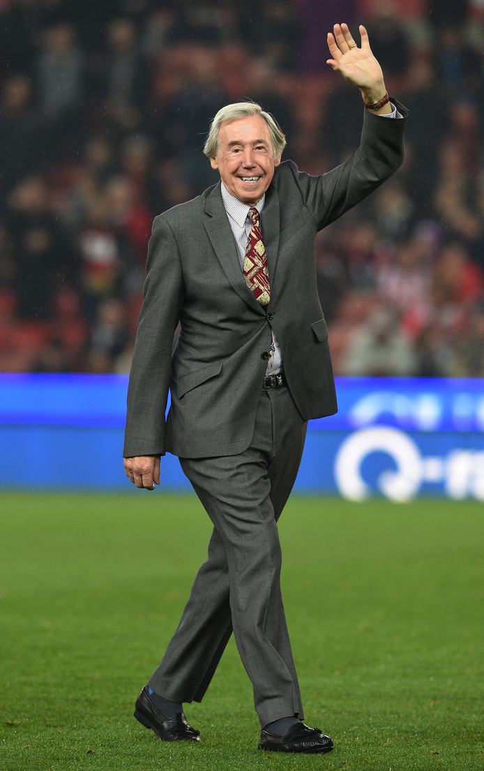 Gordon Banks groet de fans van Stoke City in 2015.