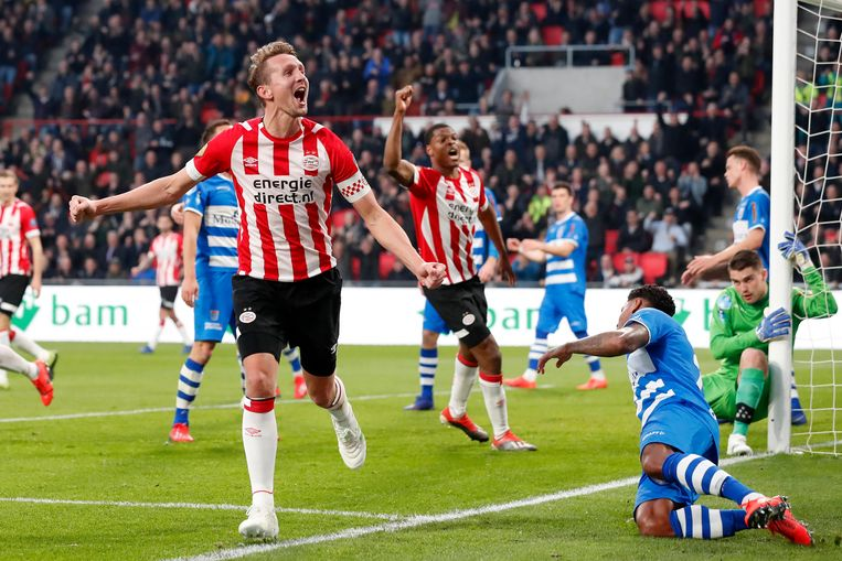 Luuk de Jong viert de 3-0 voor PSV tegen PEC Zwolle. Beeld BSR