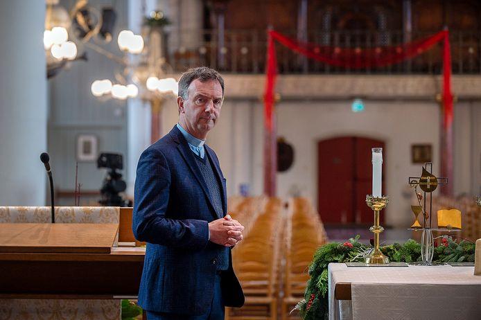 Pastoor Paul Verbeek in lege kerk.