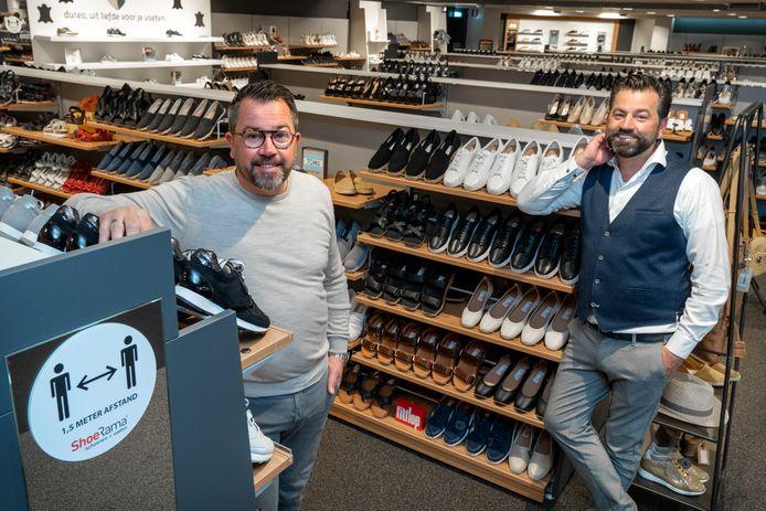 Cas (links) en Tjerk van den Hout in hun schoenenzaak ShoeRama in Sprang-Capelle die vijftig jaar bestaat.