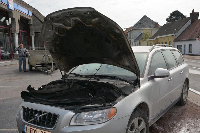 Onder de motorkap brandde de auto volledig uit.
