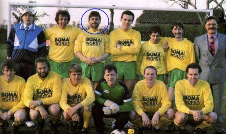 FC De Kampioenen met Yves Lambrechts. Links onderaan: Walter De Donder die kort erna burgemeester in Samson en Gert werd.
