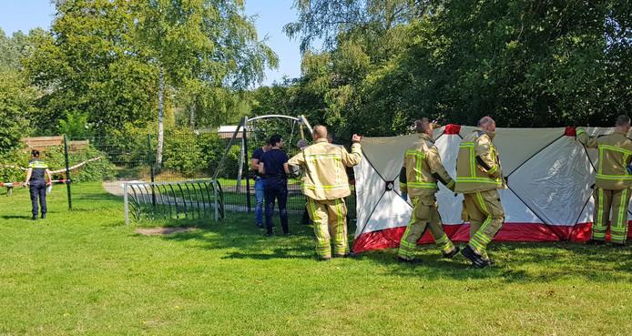 Hulpverleners plaatsen een scherm in een speeltuin waar een man om het leven is gekomen. Het slachtoffer overleed aan de gevolgen van een mishandeling.