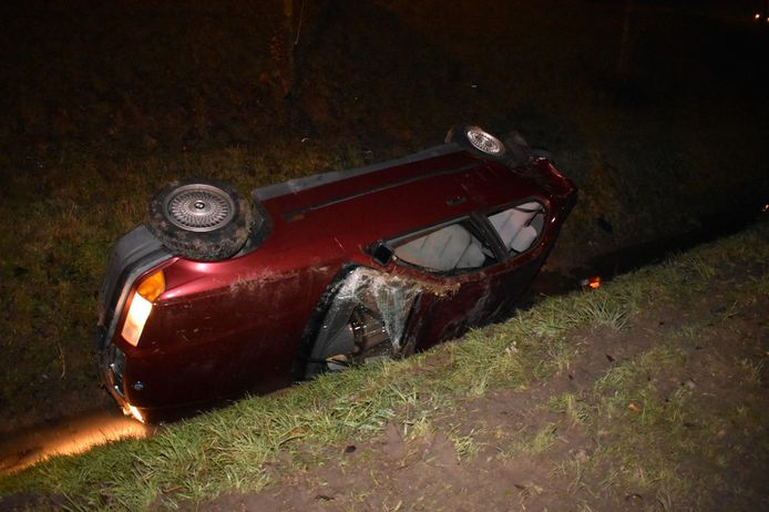 De auto kwam op de zijkant terecht.