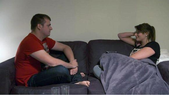 Ben en Tine volgen de raad van de expert op: door elkaar in de ogen te kijken kunnen ze de intimiteit tussen hen verhogen.