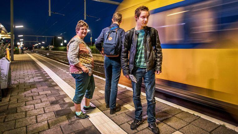 Tim en Max gaan na het ontbijt naar Amsterdam. Daar is een school die de expertise biedt die aansluit op hun onderwijsbehoefte. Beeld Raymond Rutting/de Volkskrant