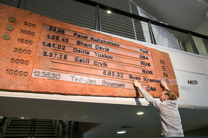 Ted Jan Bloemen verwijdert het record van Sven Kramer van het bord in de Utah Olympic Oval