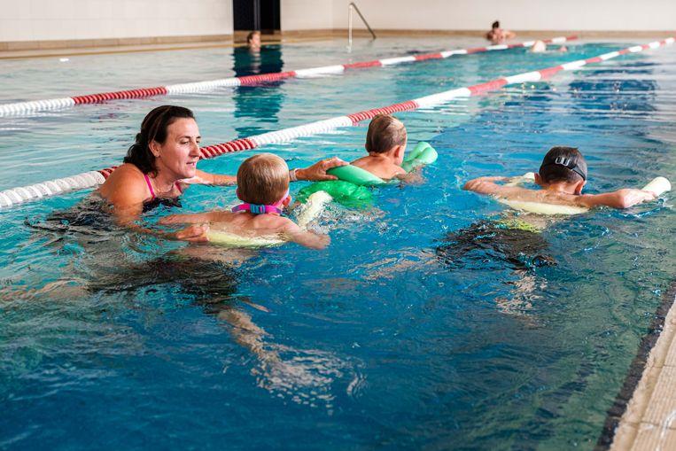 Lieve geeft een spoedcursus zwemmen aan Seth, Vic, Nand zodat ze klaar zijn voor de vakantie.