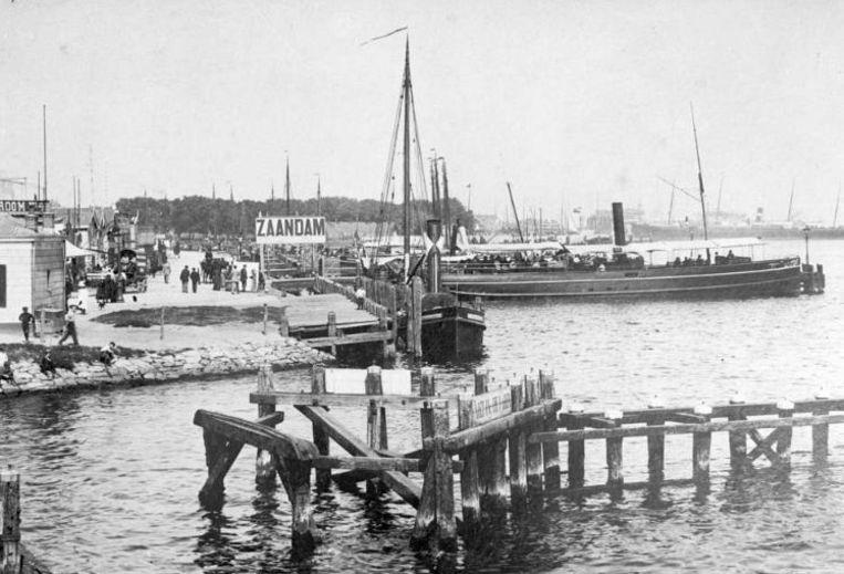 1910: de boot naar Zaandam achter het Centraal Station. Beeld anp