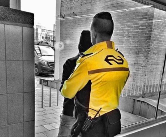 Een foto van de arrestatie van de man op station Eindhoven.