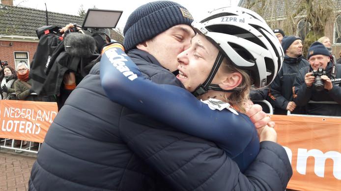 Broer Maik omhelst de geemotioneerde Inge van der Heijden na haar imponerende solo op het NK.