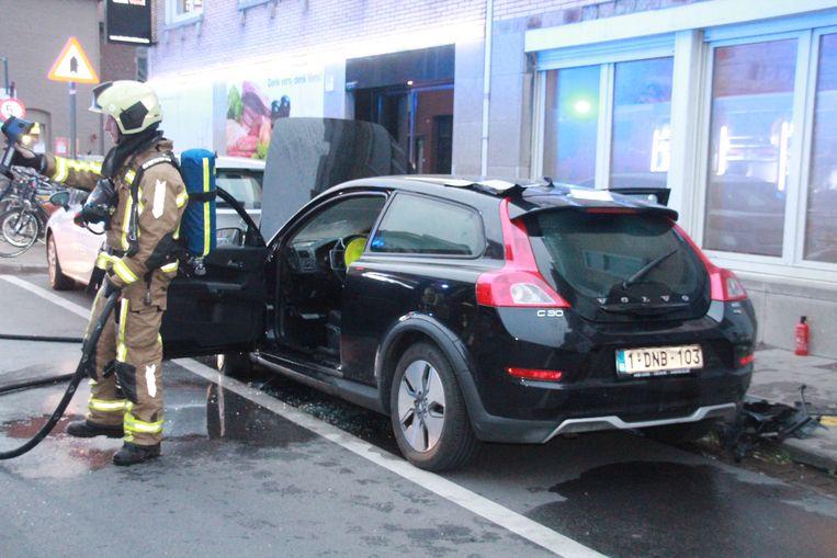 Geparkeerde auto vat vuur