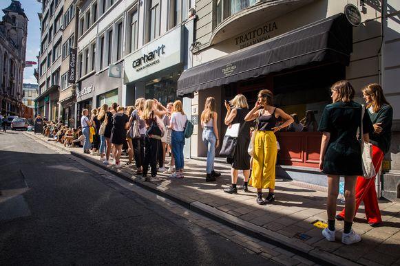 Opening Weekday, een wachtrij van meer dan 100 mensen.