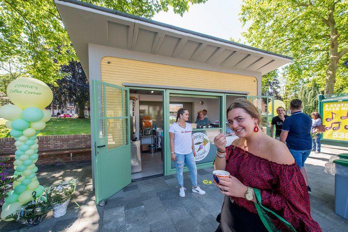 De voormalige VVV-kiosk aan de Veemarkt in Tiel draagt sinds dit weekend de naam Corrie's Coffee Corner., waar onder meer zelfgemaakte wafels en ijs worden verkocht. In de kraam staat uitbaatster Corrie Op 't Hof - Eckelboom.