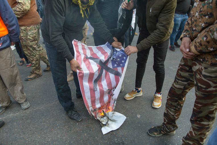 Bij de afscheidsplechtigheden werd zaterdag een Amerikaanse vlag verbrand.  Beeld AP