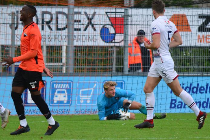 Niet Danny Koning, maar Jurrian Jouvenaar (midden met bal in zijn handen) stond zaterdag onder de lat bij FC 's-Gravenzande.