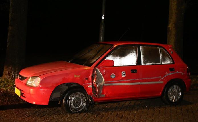 Een van de twee auto's na de botsing in Vught