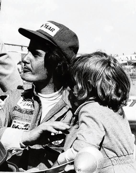 Gilles Villeneuve in 1974 met zijn zoontje Jacques.