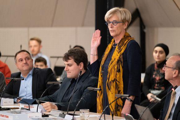 Schepen Marleen Vanderpoorten legt de eed af tussen burgemeester Frank Boogaerts (rechts) en toekomstig burgemeester Rik Verwaest.
