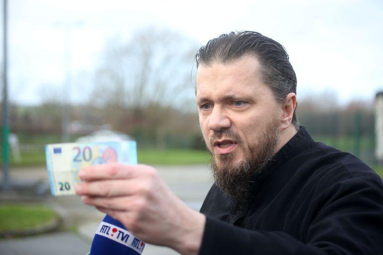 Jean-Louis Denis zwaaide  bij zijn vrijlating zelfs met een briefje van 20 euro om zijn stelling kracht bij te zetten.