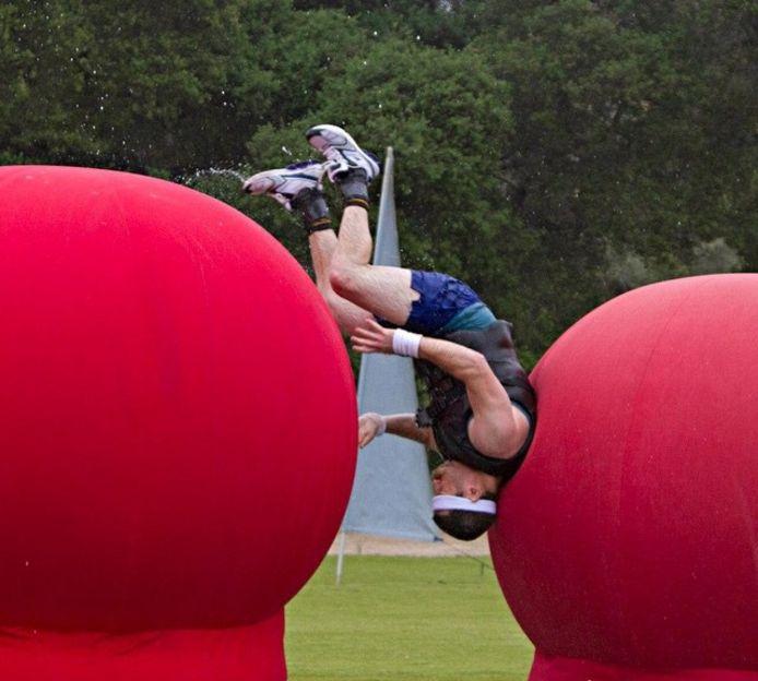 """""""Wipe out"""" met en scène des concurrents sportifs qui franchissent un certain nombre d'obstacles sur un parcours."""