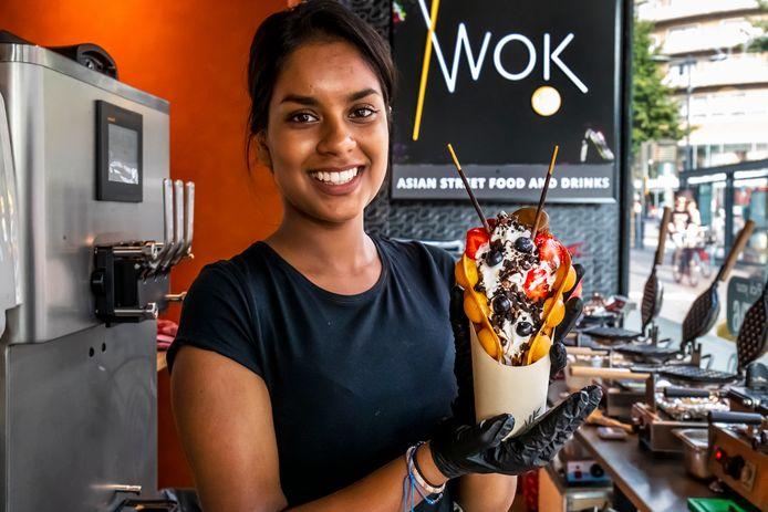 Bindiya Ramdjoe van Wok!, met een bubbelwafel met icecream en vijf toppings.
