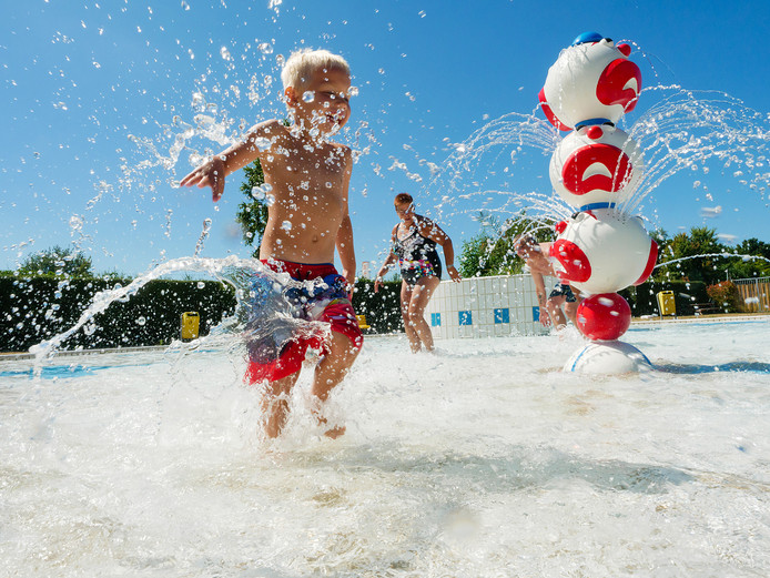 Een zomerse dag bij zwembad De Hoorn in Alphen.