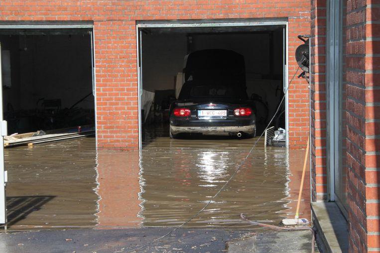Een Mazda in een garage liep opnieuw onder.