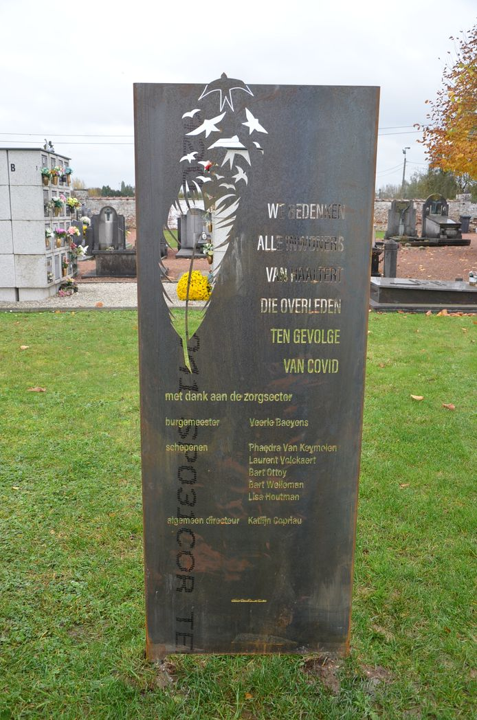 De gedenkplaat voor de Covid-19-slachtoffers op de begraafplaats in Haaltert.
