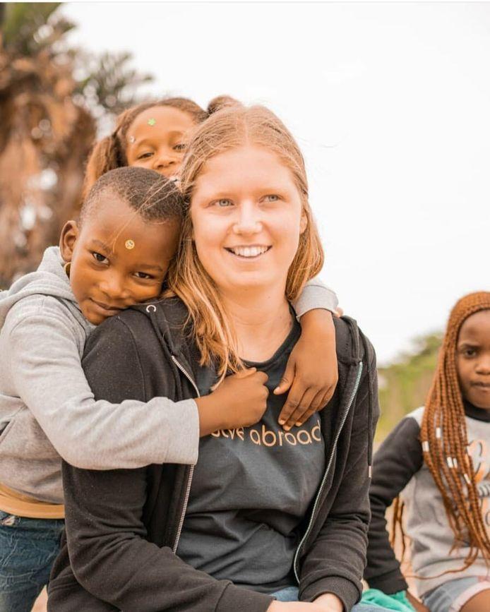 Hanne (22) uit Drunen samen met leerlingen van haar stage in Kaapstad