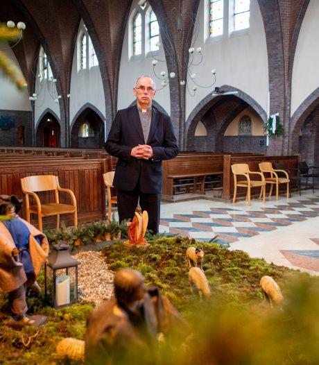 Pastoor Monninkhof van de Emmanuelparochie verkondigt geboorte Christus in een lege kerk, en ervaart dat als pijnlijk