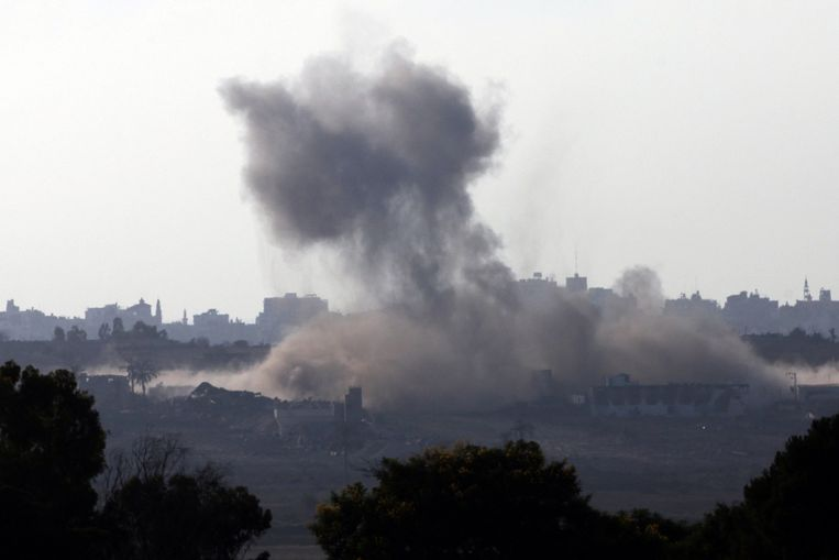 Rook stijgt op uit de Gazastrook. Beeld afp