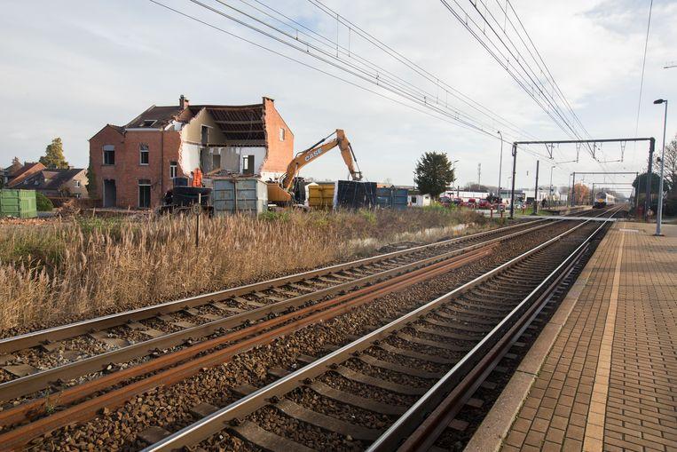 De afbraak van de onteigende huizen langs de spoorweg in Diepenbeek is begonnen.