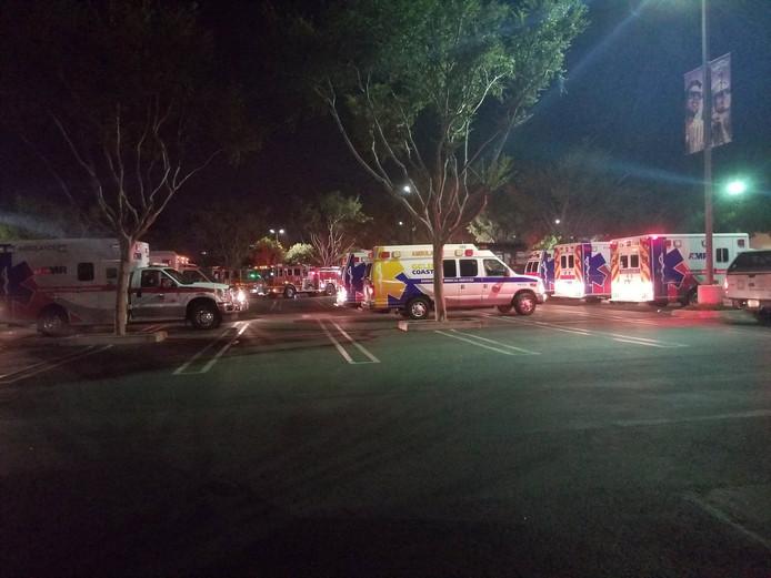 Hulpdiensten zijn in groten getale aanwezig bij de bar waar de kogels werden afgevuurd.