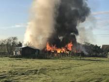 Schuur ingestort na felle brand in Krabbendijke, mogelijk asbest vrijgekomen