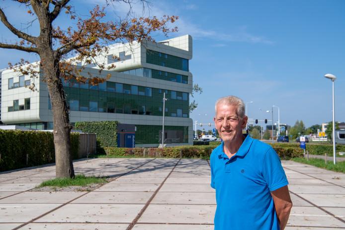 Jan Wendt op de tijdelijke parkeerplaats naast de Rabobank waar herbouw van het 'schoenmakershuisje' moet plaatsvinden.