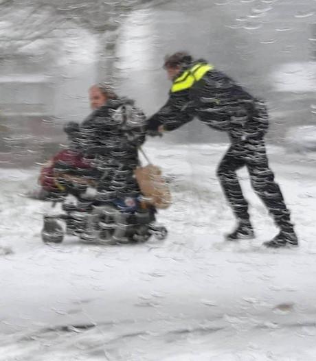 Dienstbaarheid in de sneeuw: wijkagent duwt gestrande vrouw naar huis