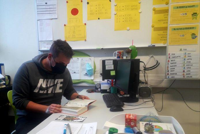 Ook leerkracht Jeffrey Steurs verdiept zich tijdens het leeskwartiertje in zijn boek