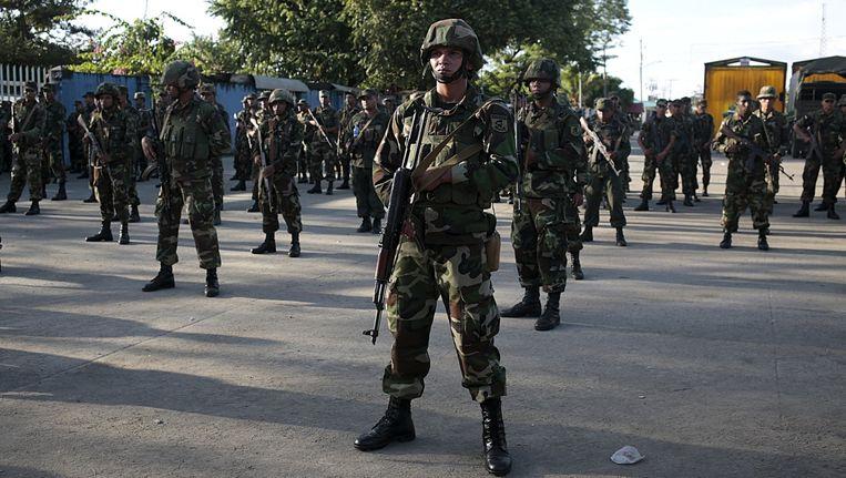 Soldaten van het Nicaraguaanse leger bewaken de grens met Costa Rica. Beeld reuters