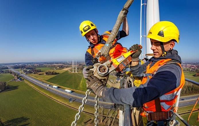Het afgelopen jaar is er hard gewerkt aan de aanleg van de 380 kV-lijn Doetinchem-Wesel. Hier werklui bovenin een mast bij de A18 bij Doetinchem.
