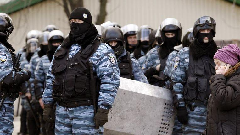 Berkoet-troepen houden de wacht bij een pro-Janoekovitsj betoging in de oosterse stad Donetsk. Beeld reuters