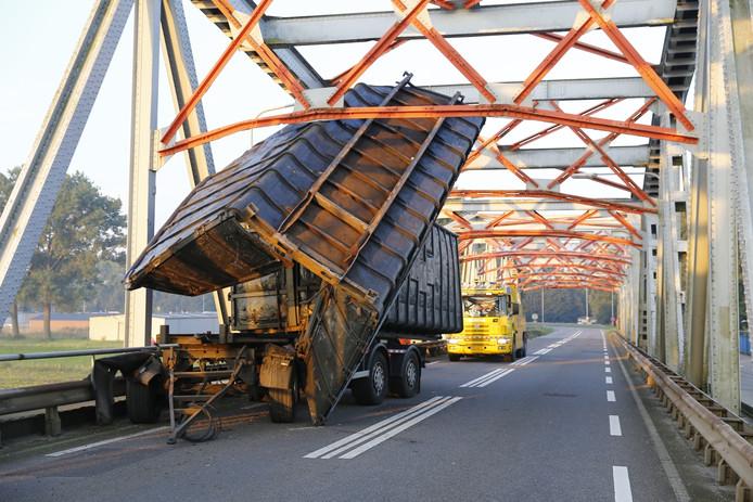 Vrachtwagen vast op brug tussen Grave en Wijchen.