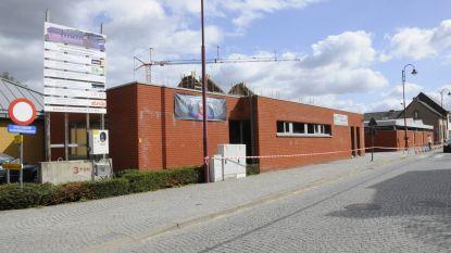 """De gemeentelijke basisschool in Molenstede blijft gesloten tot donderdag. """"We zijn niet ongerust"""", zegt mama Sarah. """"De school pakt dit zeer goed aan."""""""