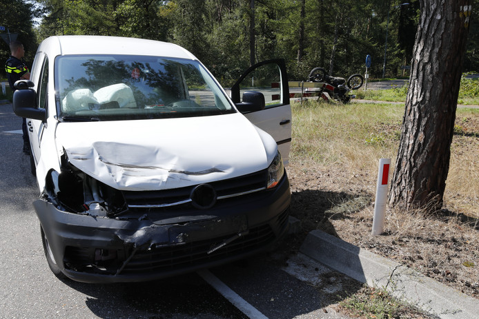 Botsing tussen motor en auto in Vessem
