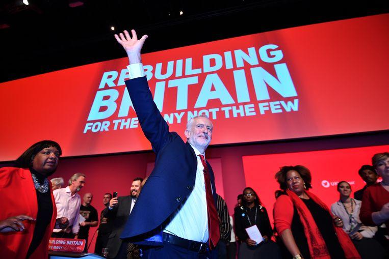 Labourleider Jeremy Corbyn zwaait naar de afgevaardigden op het partijcongres in Liverpool na het uitspreken van zijn congresrede. Beeld Getty Images