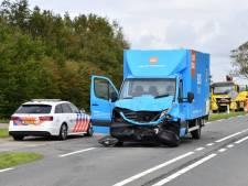 Coolblue-bestelbus klapt op personenauto bij Burgh-Haamstede, verkeer loopt vast