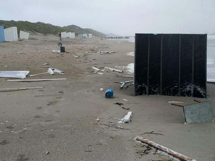 Tientallen strandhuisjes omvergeblazen in Zeeland